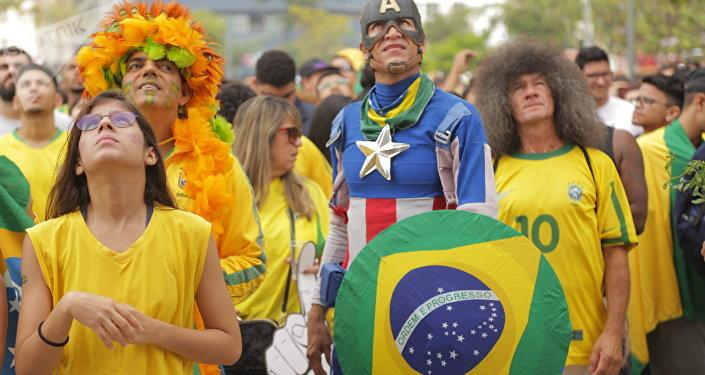 Torcedores brasileiros apreensivos, no Rio de Janeiro, com o jogo entre Brasil e México pelas oitavas de final da Copa