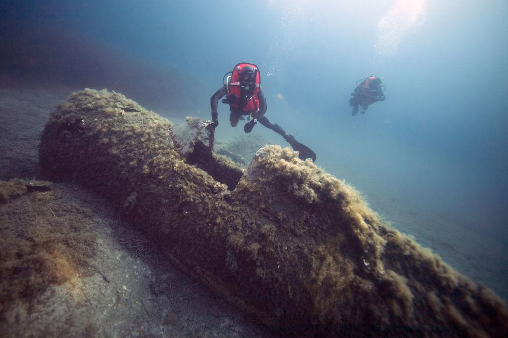 Mergulhador militar francês nadando sobre destroços do avião norte-americano P-47 Thunderbolt, perto da ilha de Córsega