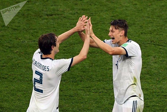 Jogadores da Seleção Russa Mário Fernandes e Ilia Kutepov após o fim do jogo contra Espanha
