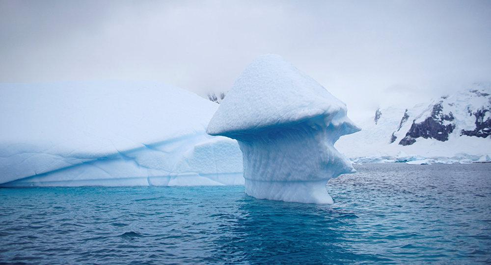 Um iceberg flutua perto da Ilha Danco, Antártica.