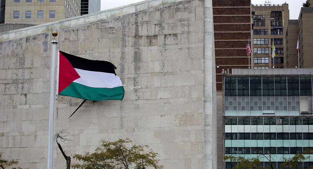A bandeira palestina tremula sobre o Jardim das Rosas, na sede das Nações Unidas.