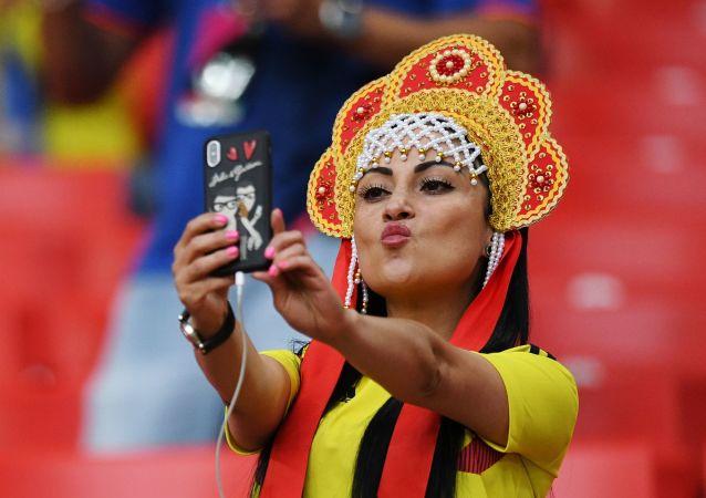 Torcedora da Seleção Colombiana tira selfie antes da partida entre Colômbia e Inglaterra nas oitavas de final da Copa do Mundo 2018