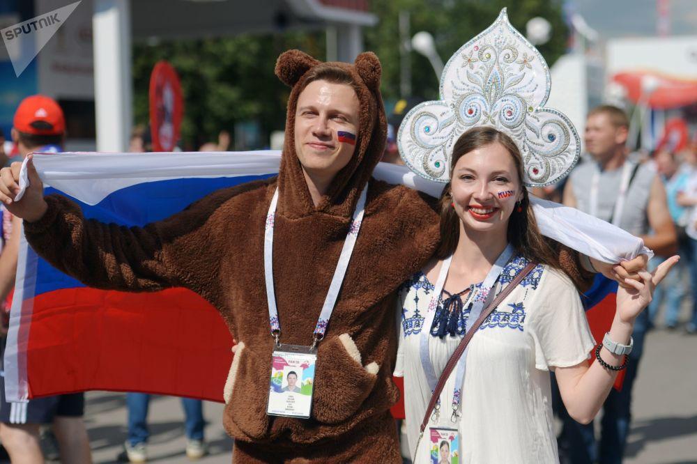 Apoiantes da Seleção Russa posam para fotógrafo antes da partida entre Espanha e Rússia nas oitavas de final da Copa do Mundo 2018