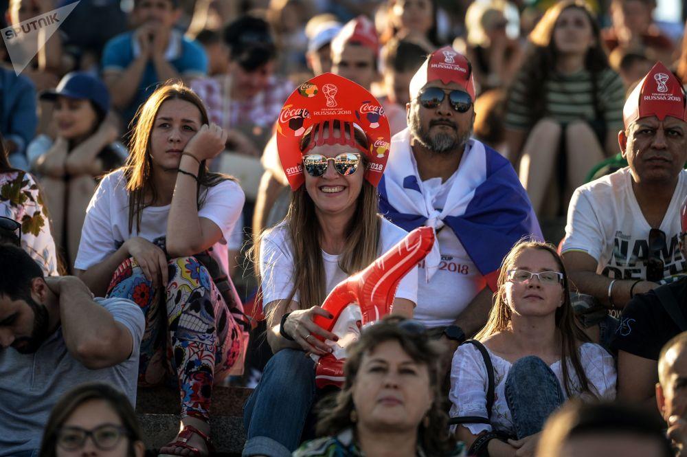 Torcedores assistem à partida entre a Seleção Australiana e a Seleção Islandesa na zona dos fãs na cidade russa de Volgogrado