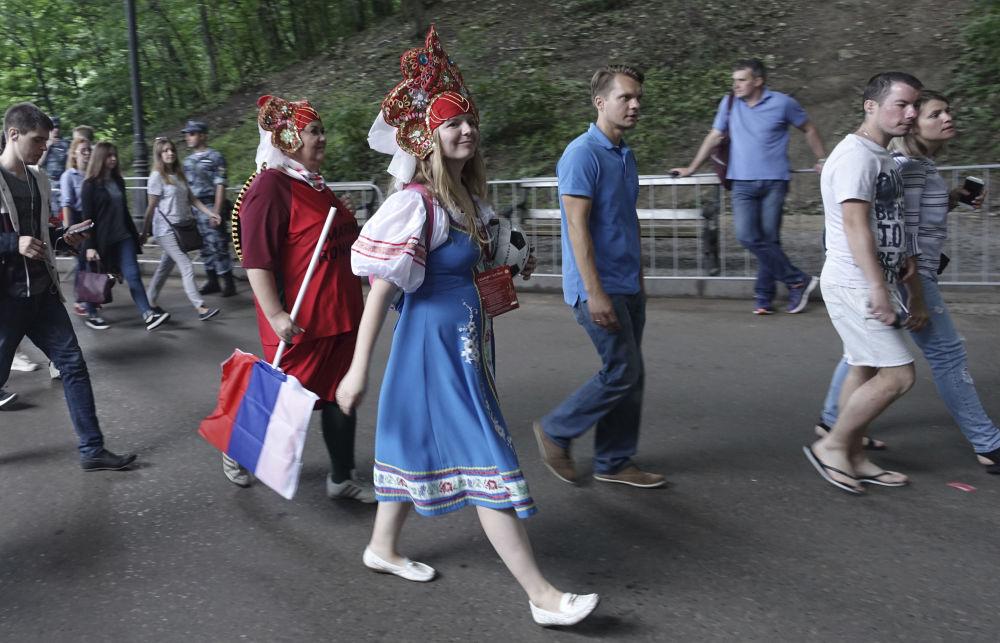 Fãs da Seleção Russa antes da partida entre Espanha e Rússia nas oitavas de final da Copa do Mundo 2018, jogada em Moscou