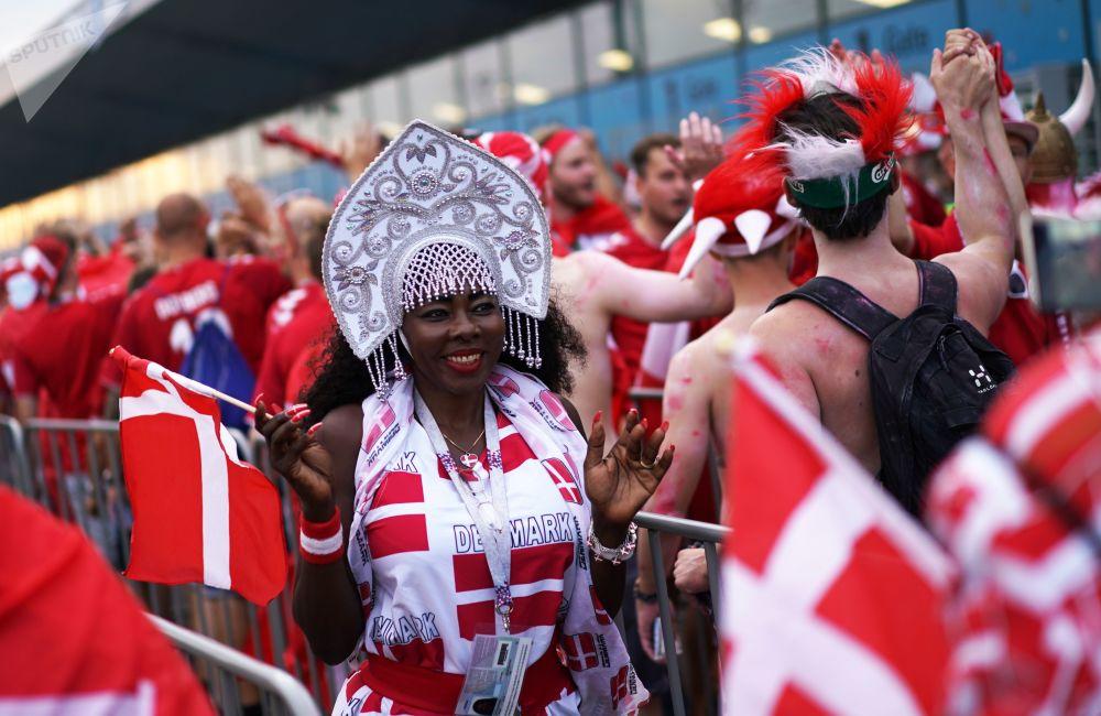 Torcedora da Seleção Dinamarquesa assiste à partida da Dinamarca contra Croácia nas oitavas de final da Copa do Mundo 2018