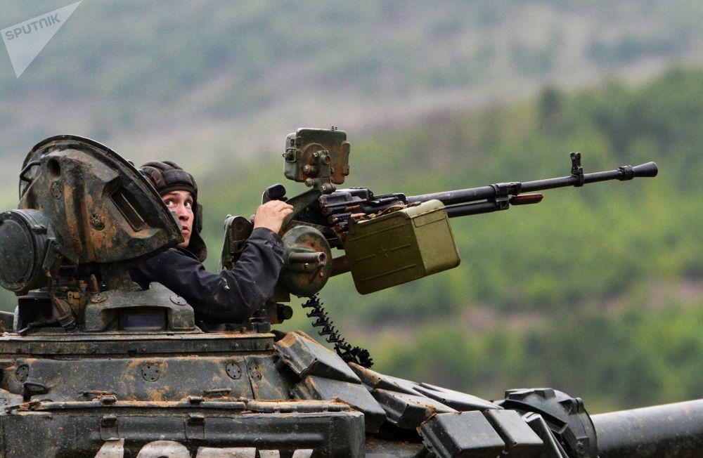 Tanquista antes do exercício de tiro no campo de treinamento Sergeevsky na região russa de Primorie