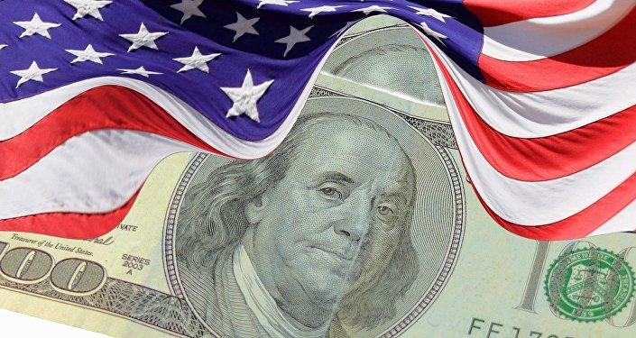 O dólar (moeda dos EUA) e a bandeira estadunidense