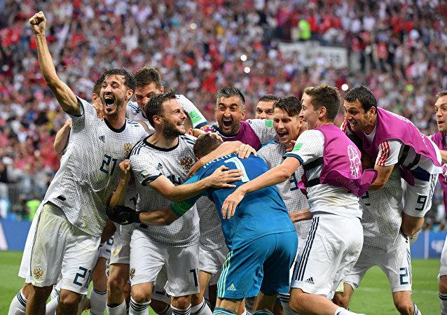 Os jogadores da Rússia celebram a vitória da equipe nas oitavas contra a Espanha no estádio Luzhniki em Moscou.