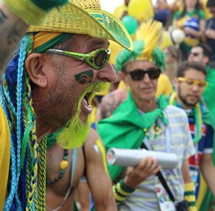 Torcedor brasileiro grita ao dar boas-vindas à Seleção perto do hotel Mirage, em Kazan, em 5 de julho de 2018