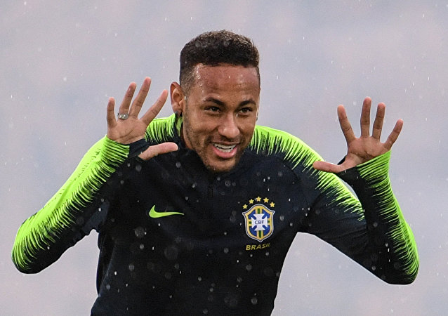 Atacante Neymar em treino da seleção brasileira na Rússia