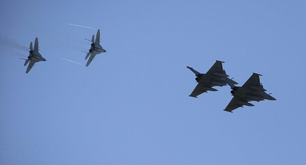 Dois caças franceses Rafale (à direita) e dois MiG-29 poloneses (à esquerda) sobre a base aérea de Malbork (imagem referencial)