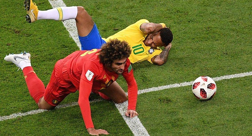Neymar toma falta dura de Fellaini