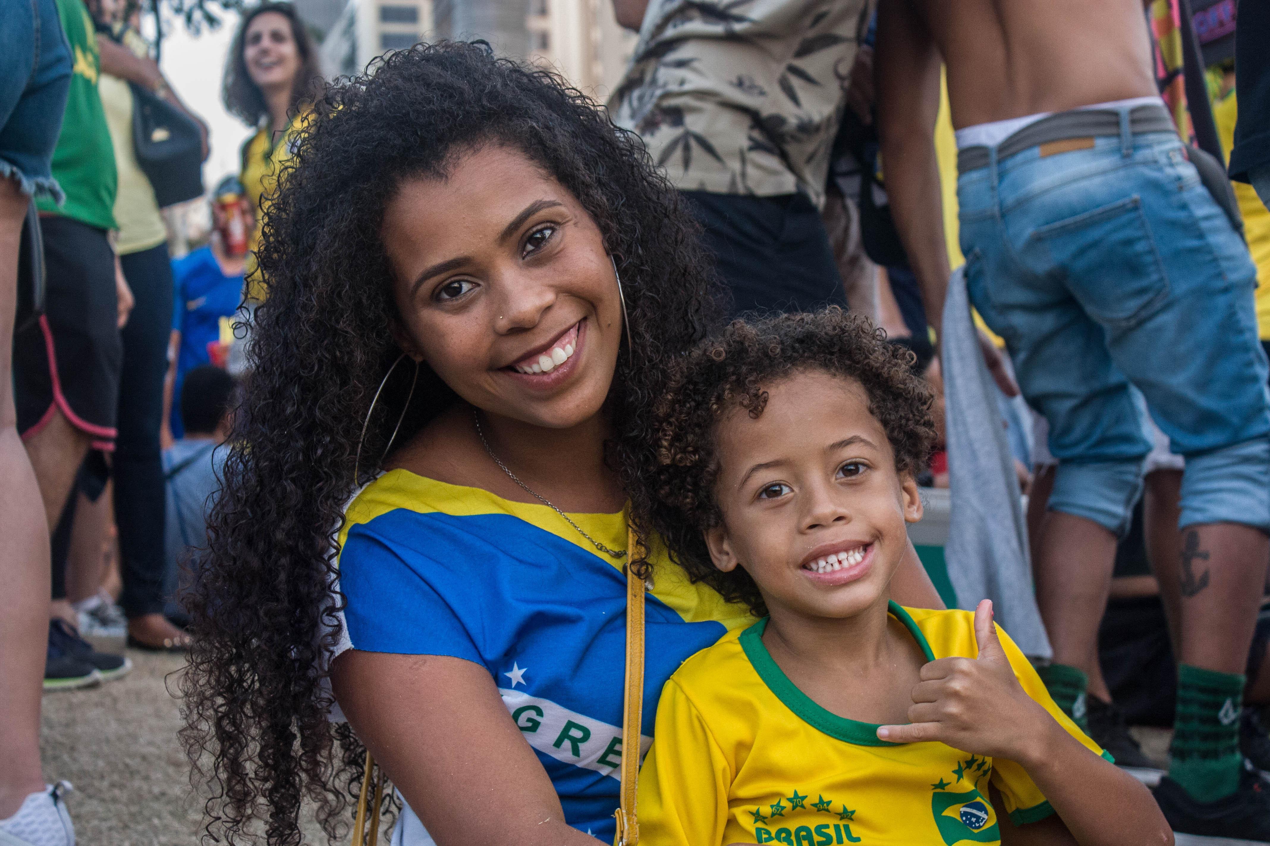 Ariana Cristina Ribeiro e seu filho assistiram ao jogo do Brasil contra a Bélgica na Praça Mauá, no Rio de Janeiro.