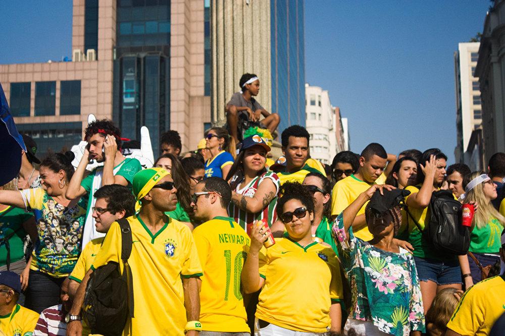 Trocida brasileira se aglomera na Praça Mauá, ponto turístico do Rio de Janeiro, para assistir à partida entre Brasil e Bélgica na Copa do Mundo de 2018.