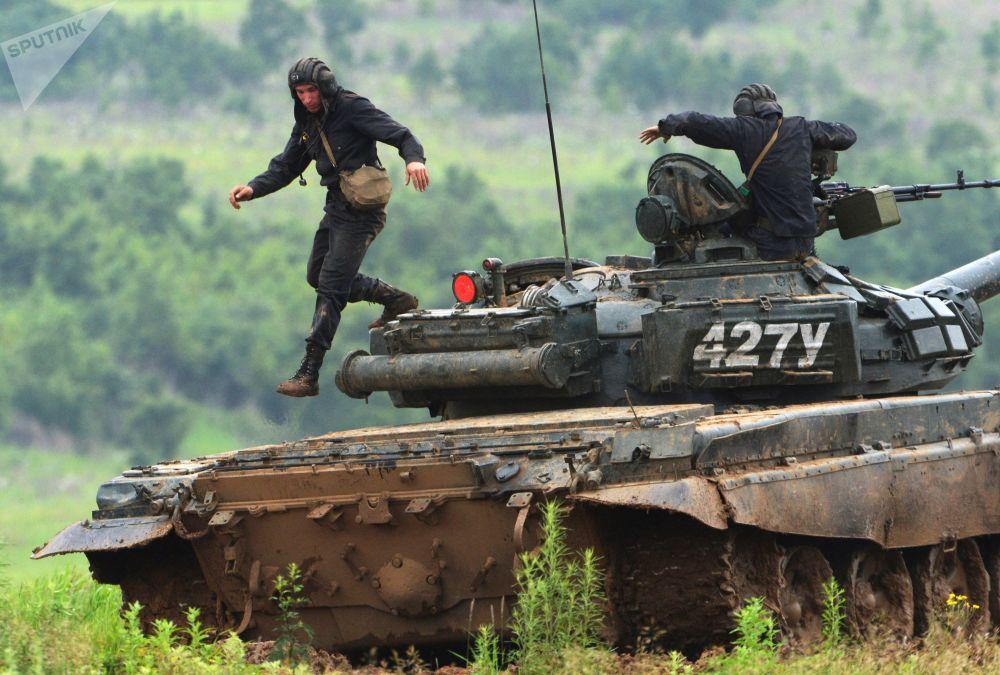 Tripulação de tanque T-72 após realizar disparos no polígono Sergeevsky na região de Primorie