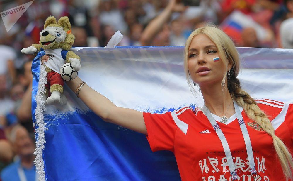 Torcedora russa antes do jogo entre as seleções da Espanha e da Rússia nas oitavas de final