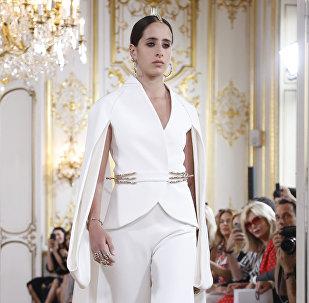 Modelo na passarela usando um vestido de Antonio Grimaldi da coleção Haute Couture outono-inverno 2018-2019, Paris, 2 de julho de 2018