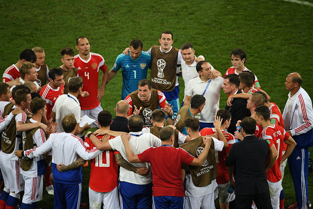Artem Dzyuba, no centro, fala aos jogadores da seleção russa antes da disputa de pênaltis na partida de quartas de final entre as seleções da Rússia e da Croácia.