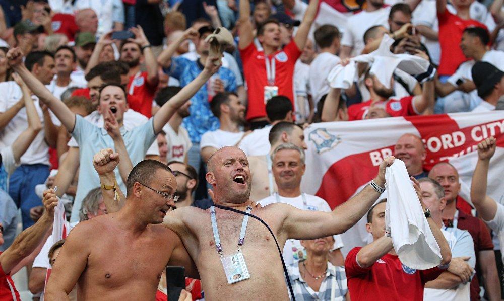Torcedores ingleses comemoram vitória sobre a Suécia nas quartas de final da Copa do Mundo de 2018.