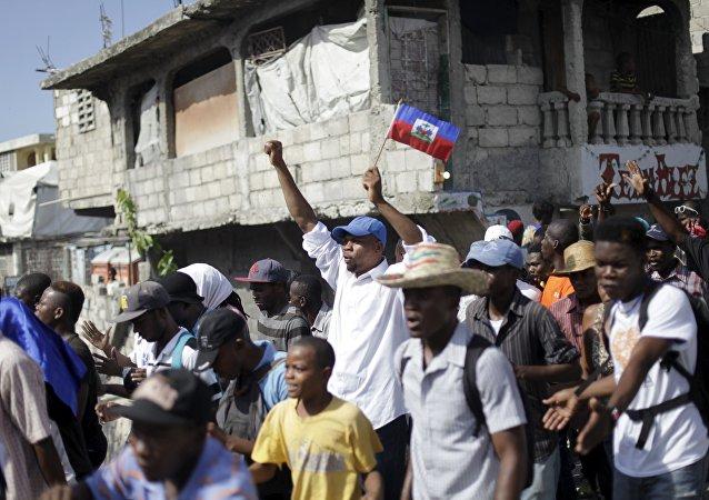 Manifestantes marcham em protesto contra o governo em Porto Príncipe (foto de arquivo).