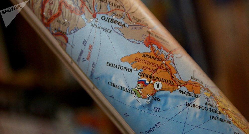 Mapa político enrolado da Europa. Tais mapas mostrando a Crimeia como parte da Federação Russa estão agora à venda em Simferopol