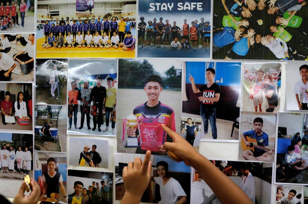 Fotografias de meninos que se encontram bloqueados na caverna inundada Tham Luang