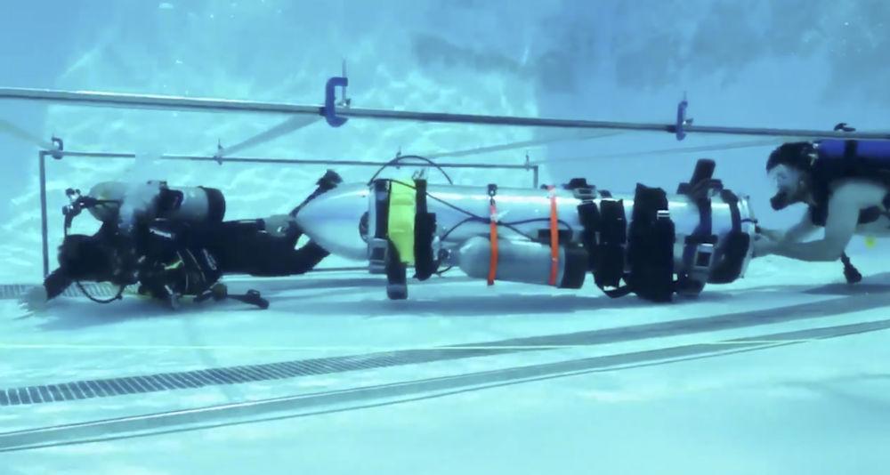 Mergulhadores testam um submarino do tamanho de uma criança de Elon Musk que poderia ser enviado para ajudar os meninos presos na caverna inundada na Tailândia