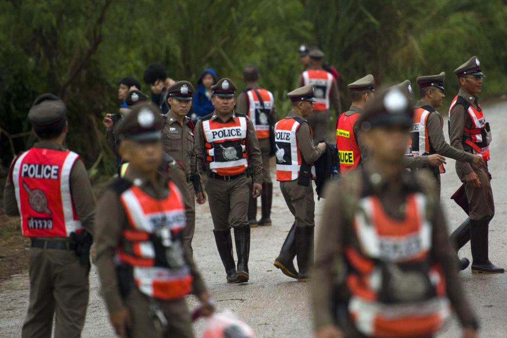 Policiais tailandeses no local da operação de resgate dos meninos bloqueados na caverna inundada