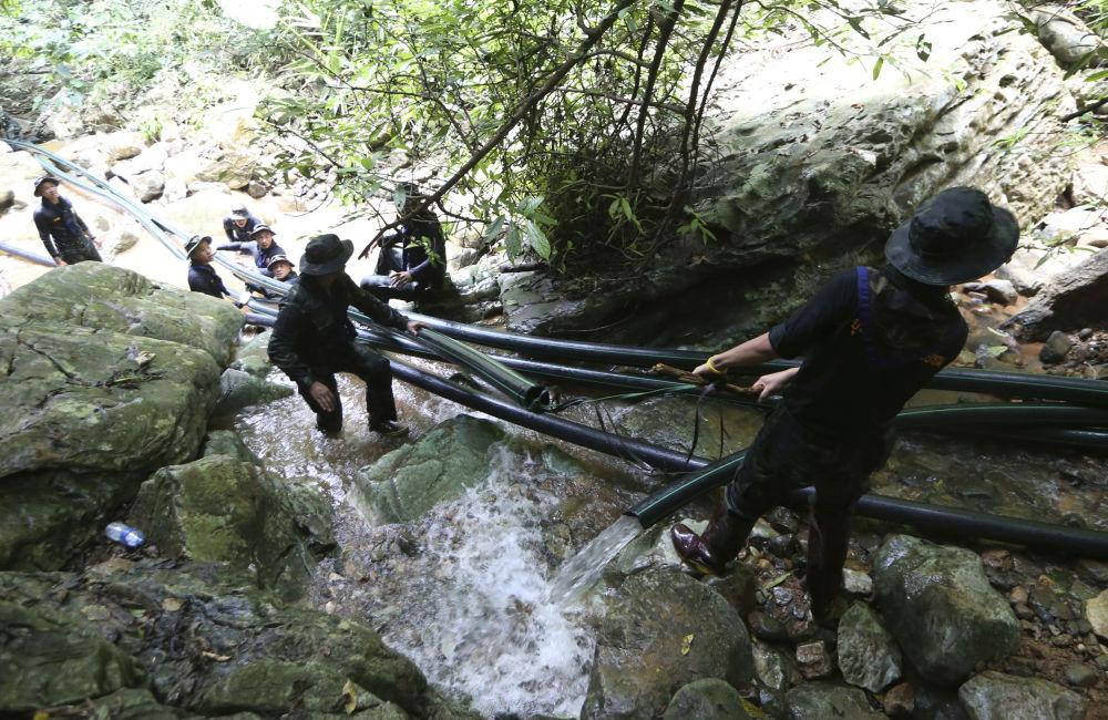 Militares tailandeses instalam tubos durante a operação de resgate dos meninos da caverna inundada