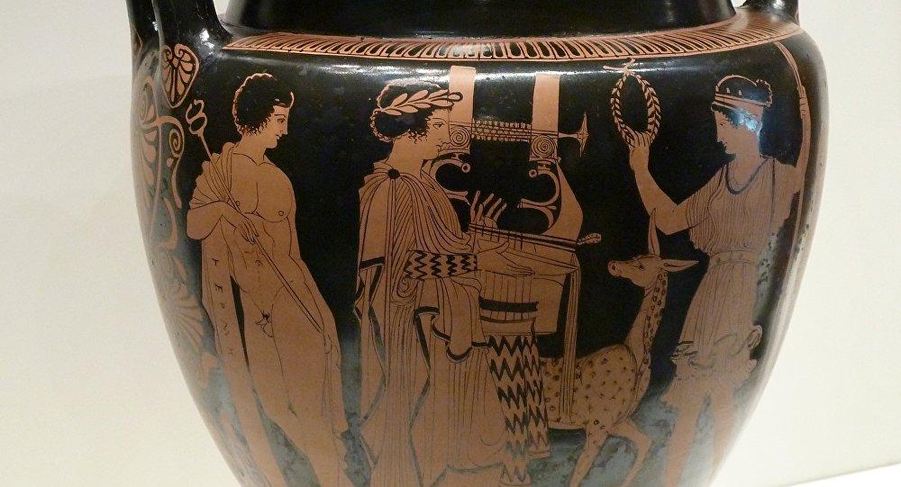 Ânfora com imagem de um grego tocando harpa