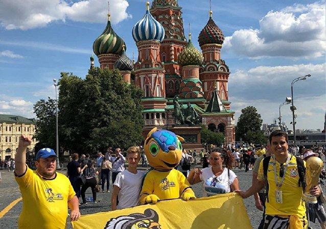 A Fiel Canarinho se diverte na Praça Vermelha, em Moscou.