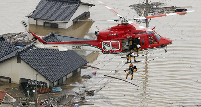 Visão aérea mostra o resgaste de um morador de área submersa por enchente em Kurashiki, região sul do Japão