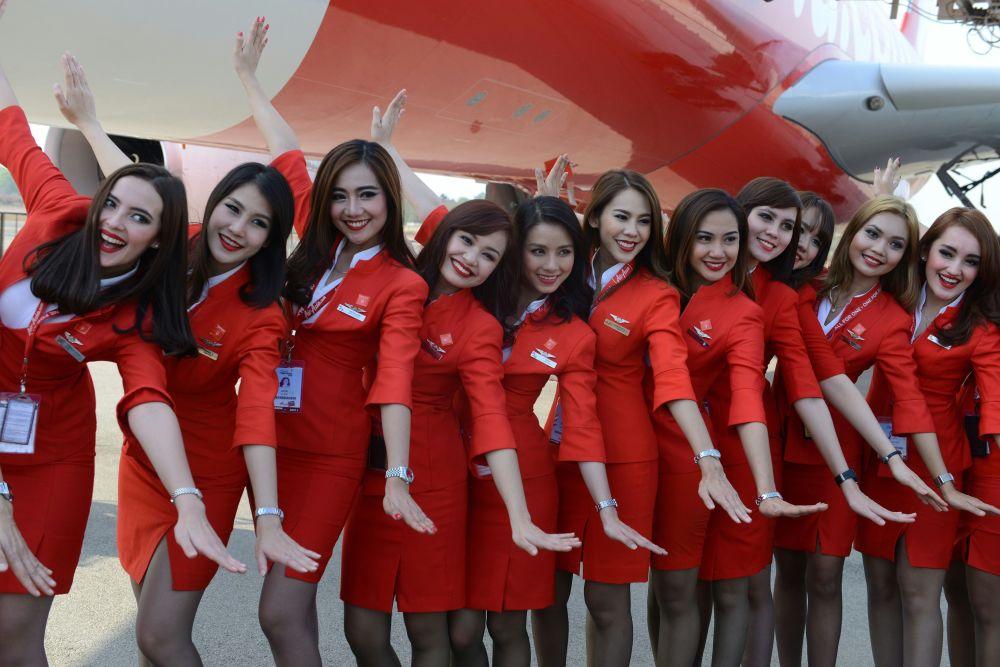 Aeromoças da empresa aérea Air Asia posando para foto Стюардессы авиакомпании Air Asia