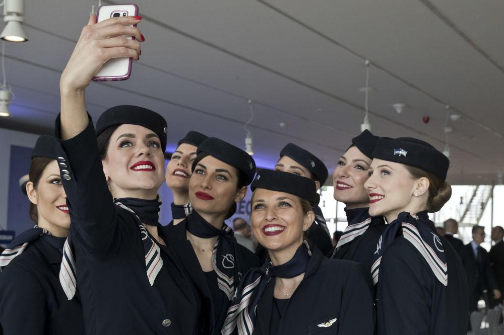 Aeromoças da empresa aérea grega Aegean Airlines tirando um selfie