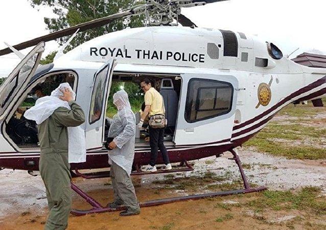 Equipe de resgate preparando o transporte para a evacuação dos meninos e seu técnico presos em uma caverna inundada, província de Chiang Rai, Tailândia