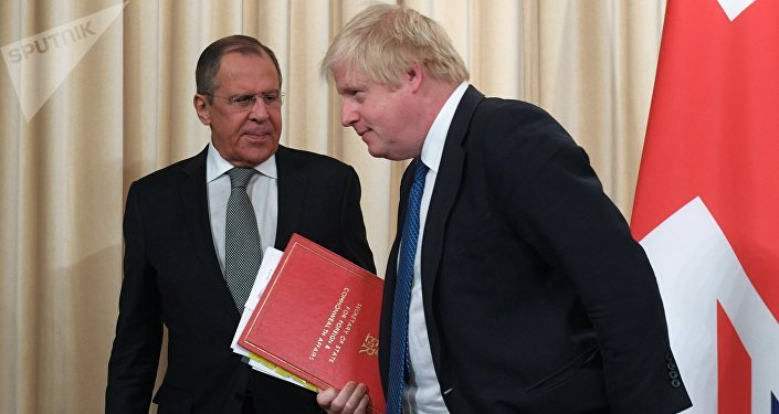O ministro das Relações Exteriores da Rússia, Sergei Lavrov, e o secretário das Relações Exteriores britânico, Boris Johnson.