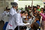 A médica brasileira Karina Oliani durante tratamento dado aos refugiados venezuelanos que chegam ao Brasil