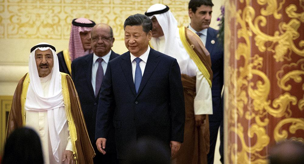 O Emir do Kuwait, Sheikh Sabah Al Ahmad Al Sabah (à esquerda), e  o presidente chinês, Xi Jinping (à frente, do lado direito), chegam ao encontro do CASCF e, Pequim.