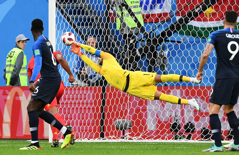 Llorris, goleiro francês, faz grande defesa durante partida entre França e Bélgica na semifinal da Copa do Mundo.