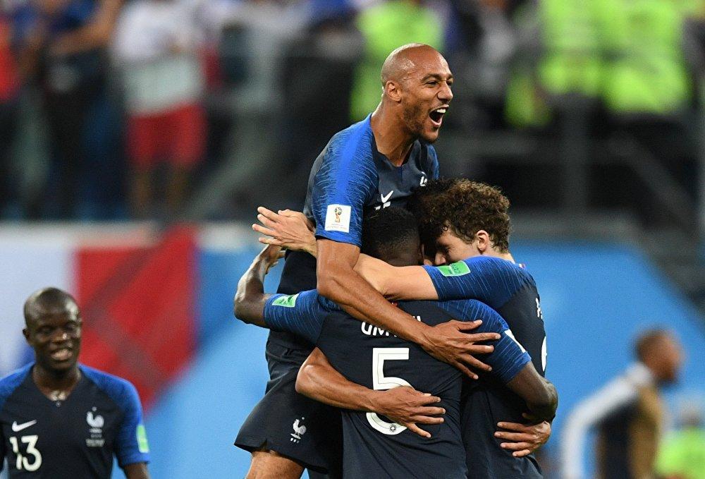 Jogadores franceses comemoram vitória sobre a Bélgica e vaga na final da Copa do Mundo.