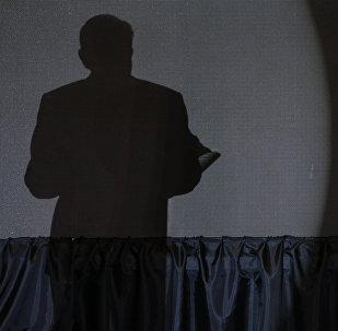 A sombra de Andrés Manuel López Obrador durante seu discurso de vitória.