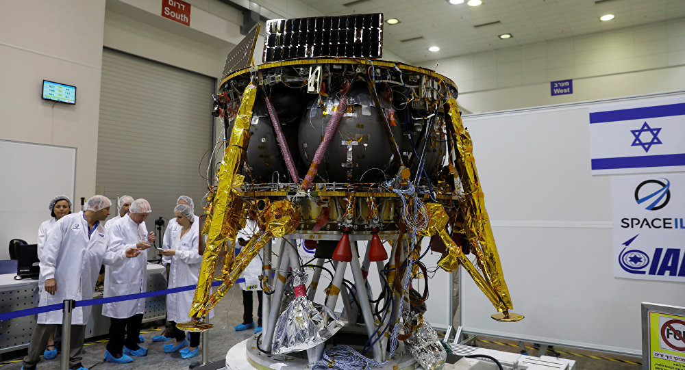 Cientistas israelenses ao lado de uma espaçonave não-tripulada que uma equipe do país planeja lançar ao espaço no final do ano e pousá-la na Lua no ano que vem, em Yahud, Israel, em 10 de julho de 2018