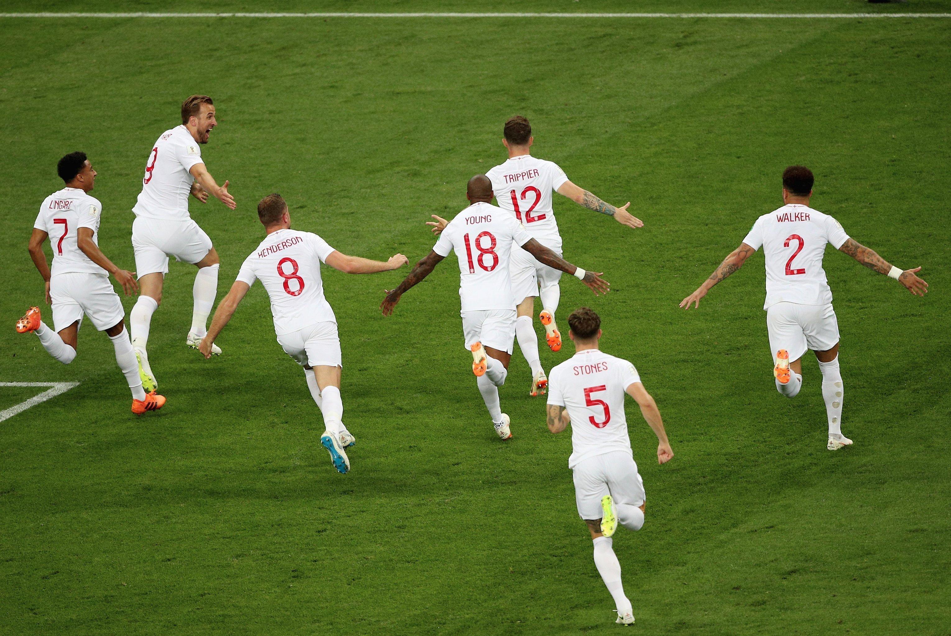 Englsh Team comemora após o gol do lateral direito Kieran Trippier