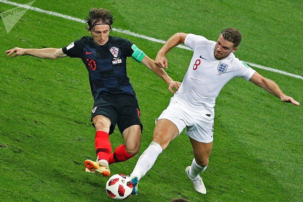 Disputa de bola entre Luka Modric e Jordan Henderson