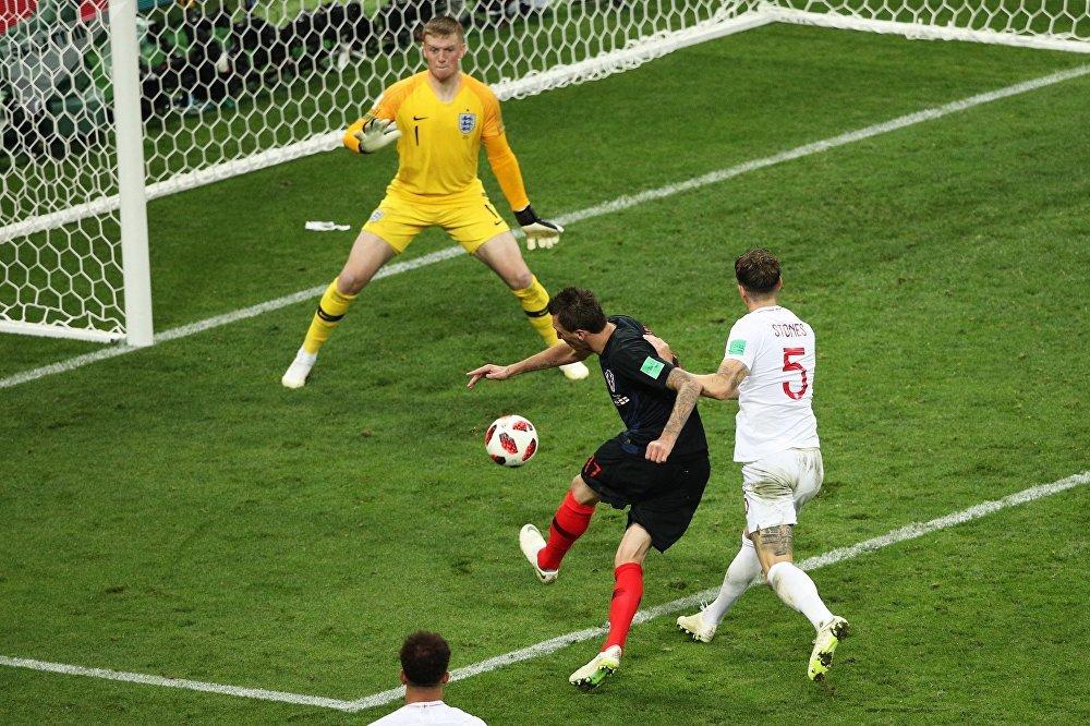 Mario Mandzukic batendo para fazer o segundo gol da Croácia