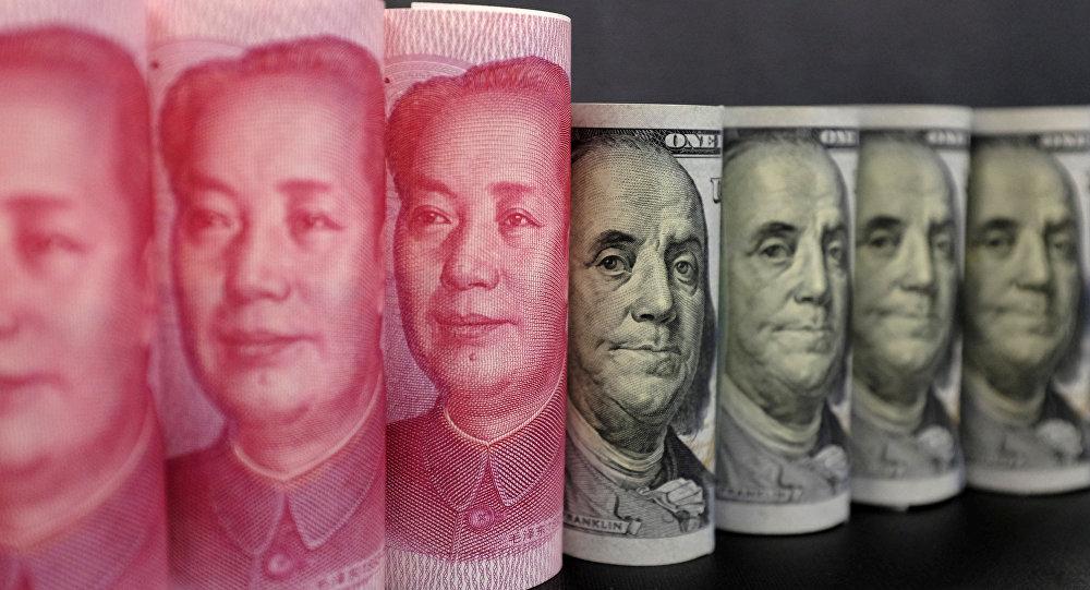 Cédulas de dólar e yuan fotografadas em Pequim (arquivo)
