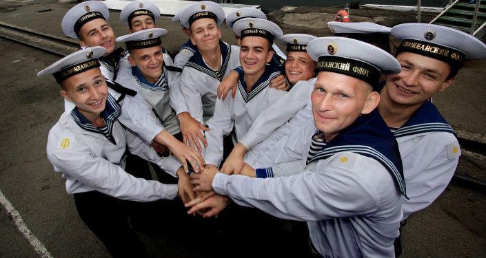 Marinheiros das Frotas do Norte e do Pacífico da Marinha da Rússia durante uma cerimônia solene após as manobras Vostok 2010.