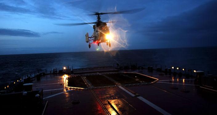 Helicópteros Ka-27 do grupo aéreo do destacamento de navios militares da Frota do Norte da Marinha da Rússia sobre o Nordeste do oceano Atlântico, se dirigindo ao mar do Caribe.