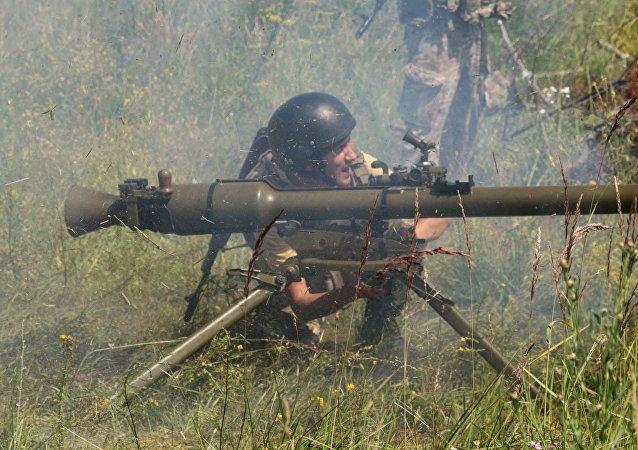 Militares ucranianos realizam treinamentos com lança-granadas soviéticos SPG-9